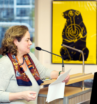 Dr. Barbara Rollmann beim Vortrag, dahinter, Groundhog
