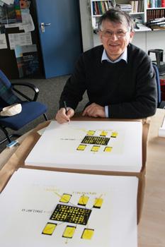 """Siebdruckedition mit Prof. Klaus von Klitzing, 2008  Prof. von Klitzing beim Signieren der """"Versuchsanordnungen"""""""