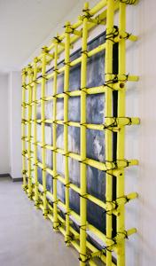 Golden Cage Bambusstangen,Acryl und Pflanzenfaserschnur (Shuro), 351/278,5 cm, Gemälde von Hiroshi Suzuki