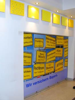 """""""Löcher auf Reisen"""" 8 Holzobjekte, Werbeplakat"""