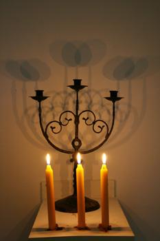 Trinität, Kerzen vor Kerzenleuchter